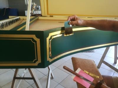 Dorure à la feuille sur clavecin