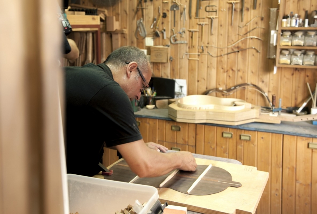 Daniel Gil de Avalle, luthier and guitarmaker since 1989. Spain