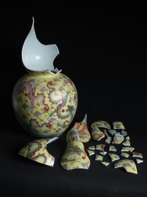 Porcelaine chinoise brisée, avant restauration © I. Pirotte