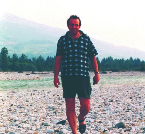 Dario sogmaister ricerca delle pietre nel greto del piave