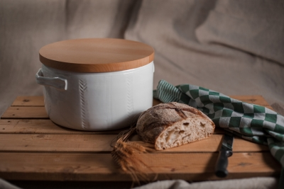Bread pot with beech lid which doubles up as cutting board
