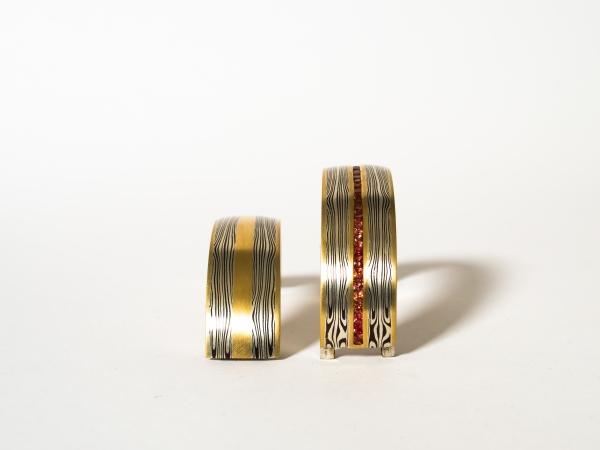 Tijmen Sarneel Edelsmid - Armband mokume goud shakudo zilver saffier open