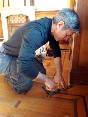 Rénovation du parquet de l'Alba, Charleroi, photo où je re-travaille l'angle de l'onglet afin de l'adapter à la greffe (frise reconstituer avec du chêne ancien)