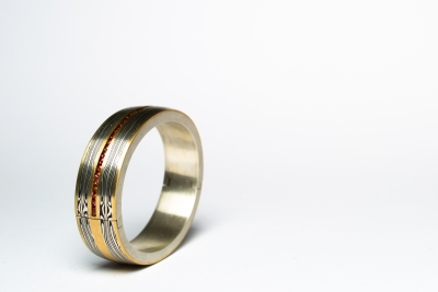 Tijmen Sarneel Edelsmid - Armband mokume goud shakudo zilver saffier