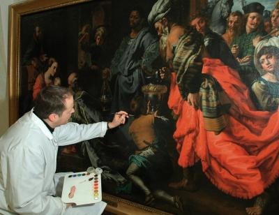 Frederik tijdens de finale retouches aan het schilderij van theodoor van loon