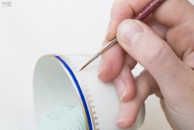Restauration de dorures sur porcelaine © P. Niset LMDO