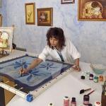 Cristina pintando en un bastidor