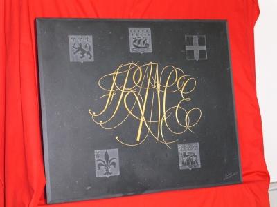 Cochery plaque en ardoise reprsentant 5 blasons en expression hraldique et le mot france grav en lettre anglaise et finition lor fin de 70 cm x 70 cm