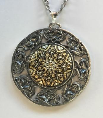 ROLEO. Colgante de plata con chapa damasquinada en oro.