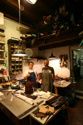 12 il girasole artigianato del cuoio paolo e dario nel loro laboratorio