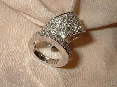 Bijouterie cheviron alliance et bague or gris diamants