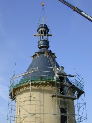 Campanile entèrement refait car très endommagé et mal restauré lors des campagnes précédentes. la campanile a été tailler, assemblé, couvert en atelier. la photo présente la phase finale : le levage.