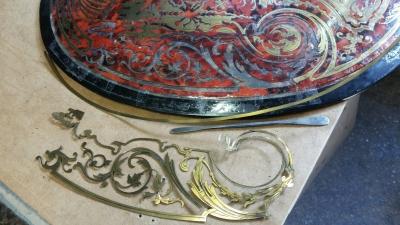 Travaux de marqueteries Boulle sur un meuble Napoléon III