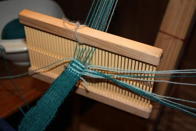 Making a starting border by using a rigid heddle loom