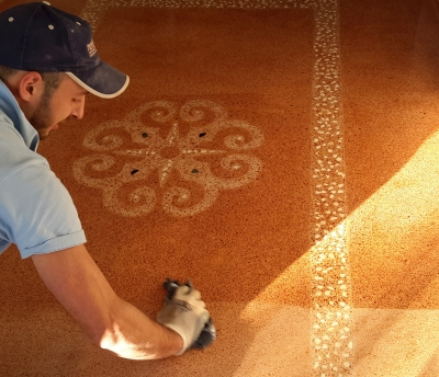 Oiling phase. In this hydration process we use boiled linseed oil that is carefully applied by hand thanks to a specific cloth. This oil give elasticity and shine to the historical cocciopesto flooring ginving to it a satinated or matt effect.