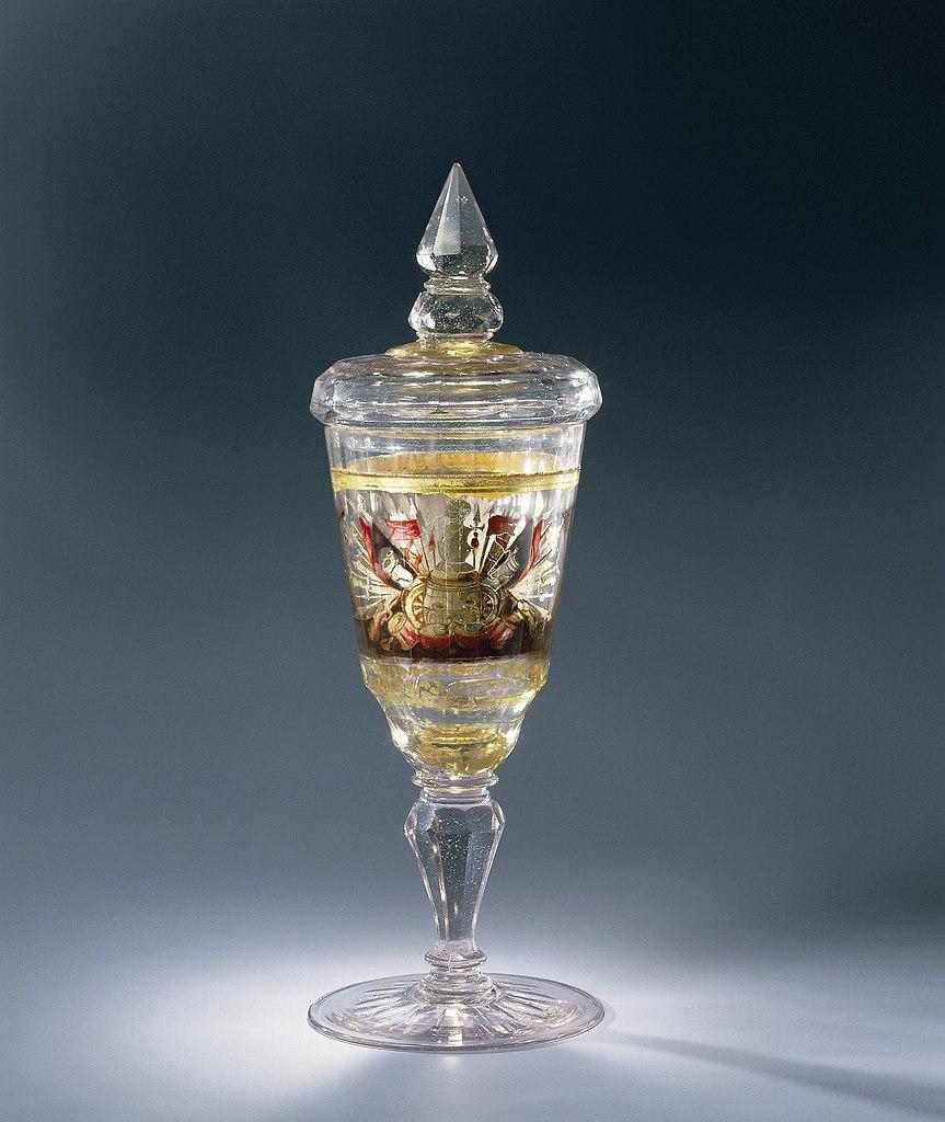 Bokaal van zwischengoldglas met een kruitvat met wapentrofee en een bloemenmand 1720