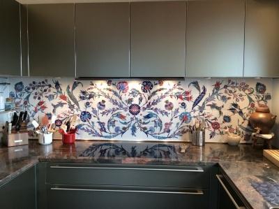 Grand panneau de crédence de cuisine, composition de carreaux de faïence moulés et pressés à la main, dimensions 220cm/60cm ; décor sous émail inaltérable dans le temps