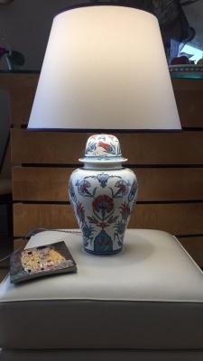 Paire de lampes, pied réalisé en moulage de faïence, décor sous émail inaltérable. L'abat jour a été spécialement créé et le galon est assorti aux couleurs principales