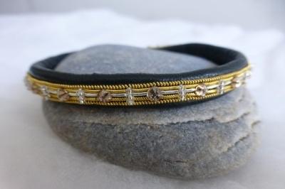 Bracelet Semence de cristal et perles sur cannetille fil d'or et argent sur cuir d'agneau plongé