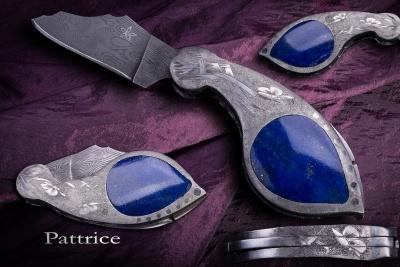 L'Akène, système à pompe arrière, lame en damas inox, corps en 316L, gravures en taille douce sur grisure, incrustations de lapis lazuli, 10cm ouvert.