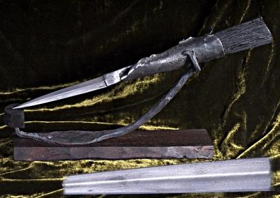 Objet de bureau d'inspiratio celte, forgé d'une seule pièce dans un lingot d'acier antique, manche en morta, support en acier antique et palissandre