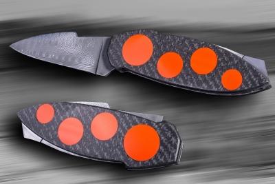 Pattrice - Squale, système à pompe arrière deux pièces, lame en damassteel, platines trempées, décaissées et bouchonnées, plaquettes en carbone avec inserts en G10 orang