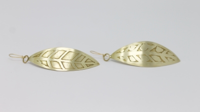 Boucles d'oreilles feuilles, laiton découpé, mit en forme et motifs gravés : eau forte.