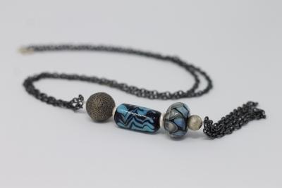 Sautoir, chaine métal gris, perles verre sodocalcique, fermoir argent, perle argent noircit et argent.