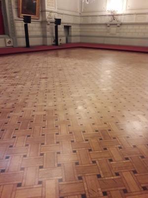 parquet du Concert Noble à Bruxelles, chantier de 500 m² rénové en une semaine. Utilisation du verni Cimétane de Blanchon (technologie de séchage du verni aux UV.