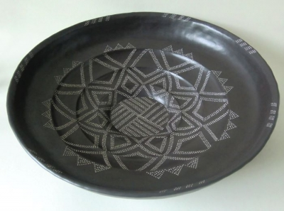 Stepped plate with dot stamp pattern and black sinterengobe. diameter: 45 cm