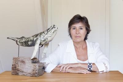 Cristina Ortiz con la escultura