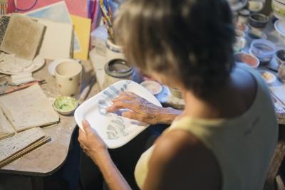 Cristina Ortiz pintando parte de la colección