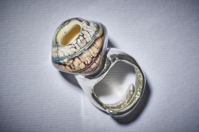 Anello in vetro soffiato e argento 925. Pezzo unico