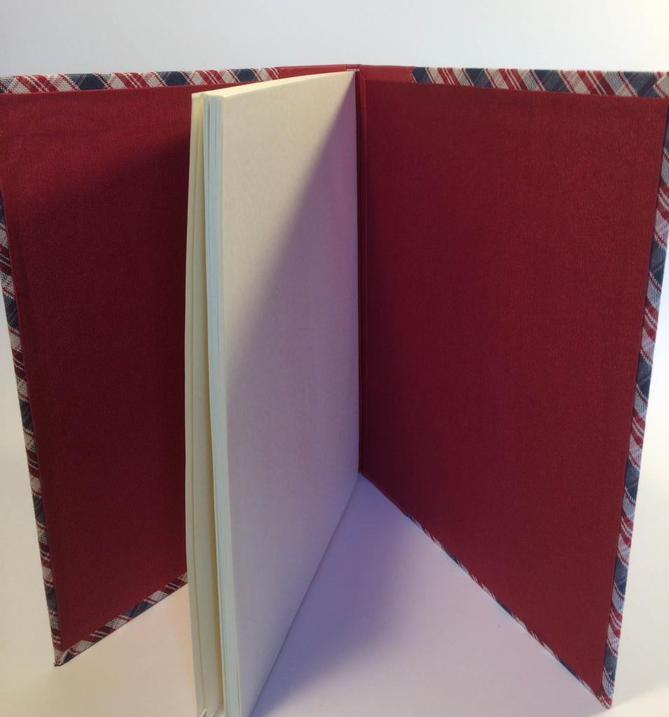 Intérieur kelsch dos rouge et bleu cuir rouge reframed