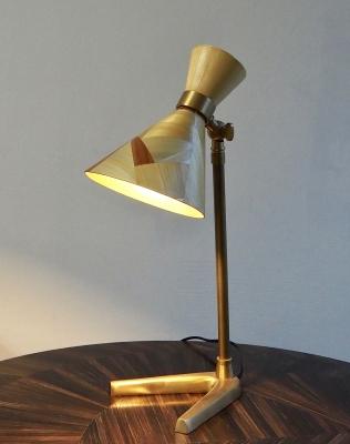 Petite lampe de bureau en laiton avec son chapeau de paille