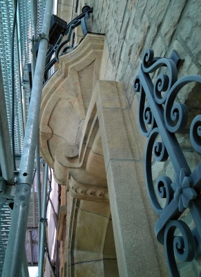 Balcon après nettoyage sur pierres tendres de Fontenoille,