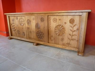 Bahut en vieux chêne de style savoyard portes coulissantes et motifs régionaux sculptés meuble ciré et patiné à l'ancienne