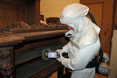 H-XRF measurements in contaminated collection (Photo: Paz Lab)