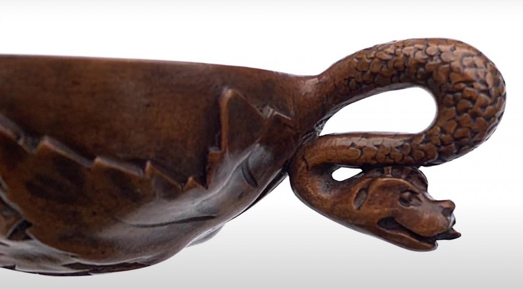 Tastevin recouvert de vigne avec serpent